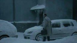 Смотреть Очистил от снега машину!