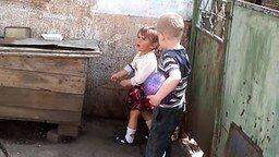 Смотреть Суровая девочка и собака в будке
