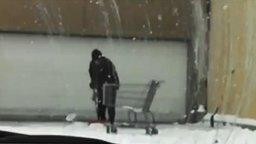 Смотреть Американец чистит снег