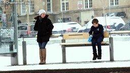 Смотреть Социальный эксперимент с мальчиком на остановке