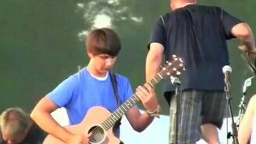 Смотреть Искусная игра на акустической гитаре