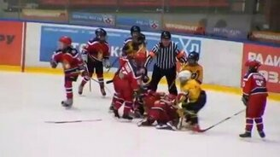 Смотреть Маленькие хоккеисты-драчуны