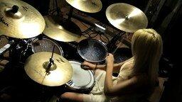 Смотреть Блондинка барабанщица