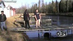 Прыжки в ледяную воду смотреть видео прикол - 0:54