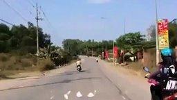 Смотреть Неверная езда на скутере