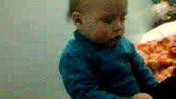 Смотреть Малыш сидя борется со сном