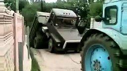 Смотреть Тракторист разломил грузовик