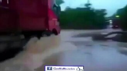 Смотреть Неудача фуры на затопленной дороге