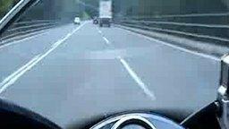 Смотреть Бешеная езда на мотоцикле от первого лица
