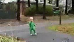Смотреть Смешные падения маленьких детей