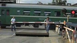 Смотреть Случай на железнодорожном переезде
