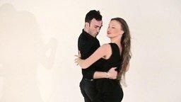 Смотреть Как танцуют пары в клубе