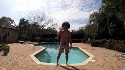 Смотреть Нереалистичный трюк в бассейне