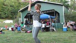 Смотреть Девушка танцует с обручем