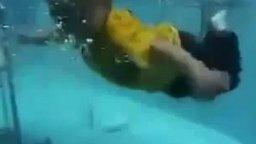 Смотреть Мальчуган самостоятельно плавает