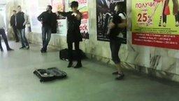 Смотреть Музыкальные девушки в метро