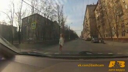 Везение девушки против безумства мотоциклиста смотреть видео прикол - 0:09