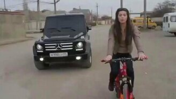 Смотреть Девушка и кавказцы