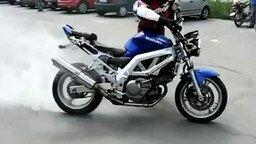 Смотреть Мотоцикл понёс своего хозяина