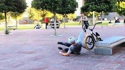 Смотреть Виртуозно упал с велосипеда