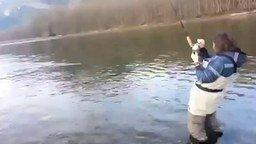 Смотреть Жена на рыбалке