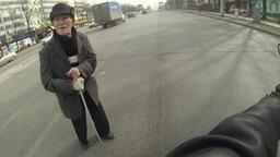 Смотреть Мотоциклист помог старику