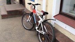 Смотреть Мощно пристегнул велосипед