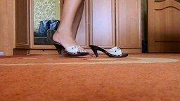 Смотреть Туфли превращаются в лапти