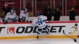 Что-то с хоккеистами не то... смотреть видео прикол - 0:21