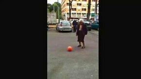 Смотреть Пожилая женщина и мяч