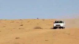 Смотреть Пикап покоряет песчаный бархан