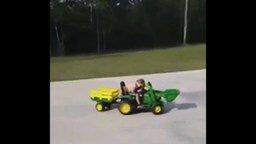 Смотреть Водитель грузовика уснул за рулём