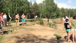 Чемпион по любительским прыжкам в речку смотреть видео прикол - 0:20