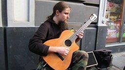Смотреть Удивительная игра на акустической гитаре