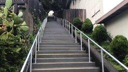 Смотреть Вода прыгает по лестнице