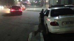 Как надо закрывать дверь у авто смотреть видео прикол - 0:12