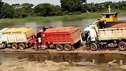 Смотреть Потопили грузовики