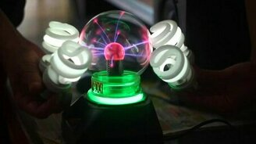Смотреть Плазменный шарик и лампочки