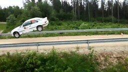 Смотреть Зрелищный прыжок авто