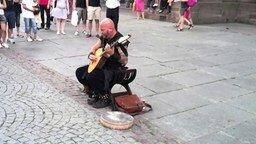 Смотреть Мужчина поёт по-женски