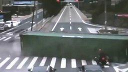 Смотреть Падающая фура против мотоциклиста