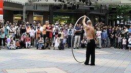 Танец азиата с большим обручем смотреть видео - 4:32