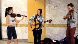Смотреть Музыка от девушек в метрополитене