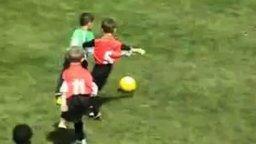 Маленький футболист от бога смотреть видео - 2:50