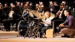 Смотреть Маленький барабанщик и духовой оркестр