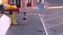 Девушка против боксёрской груши смотреть видео прикол - 0:59