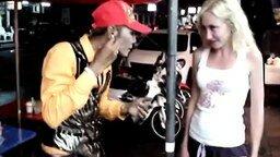 Смотреть Уличные фокусы с сигаретами