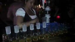 Трюк от барменши смотреть видео - 1:29