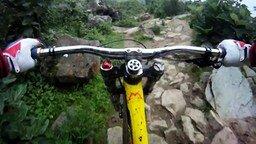 Смотреть Экстремал-велосипедист в горах