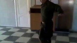 Смотреть Он из танцевальных войск?